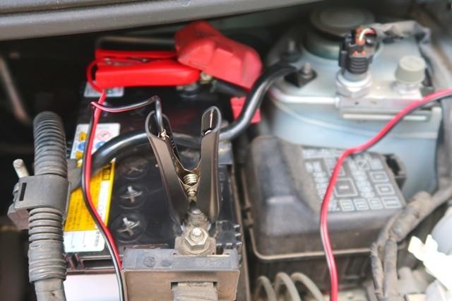 実際に車のバッテリーに充電器を接続している様子