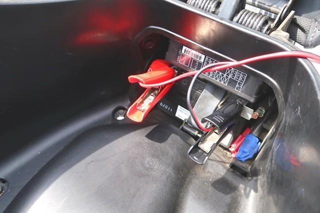 PCXのバッテリーの場所はメットイン横