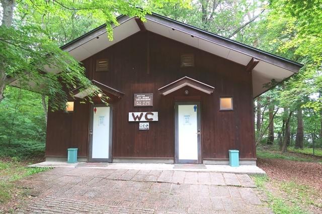 尾白の森キャンプ場のトイレ外観