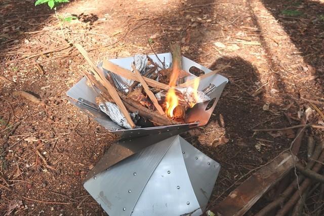 焚き火台に火入れした状態