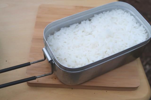 バーベキューの食材で炊いたご飯の様子
