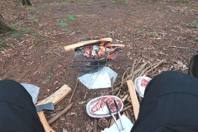 焚き火しながらバーベキュー調理