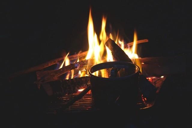 焚き火台でお湯を沸かしている様子