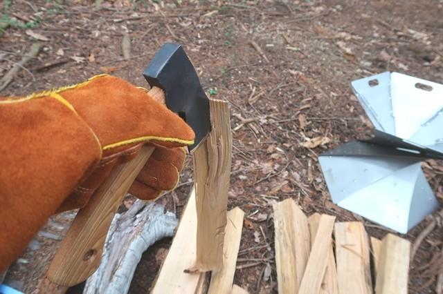 手斧を使って薪を小さくカットしている様子