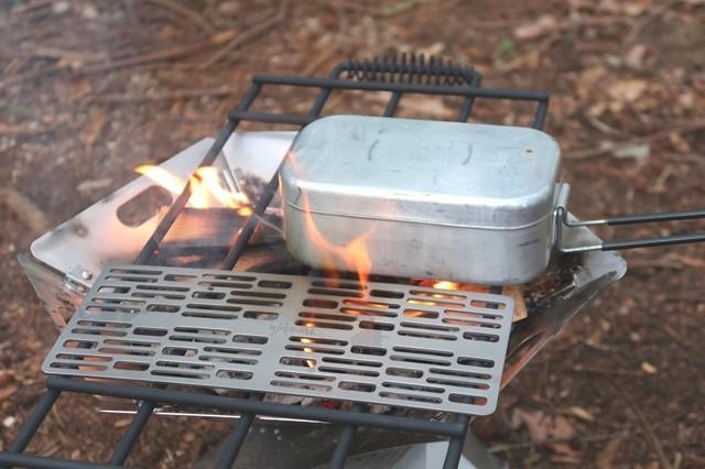 キャンプ焼肉中にトランギアのメスティンと並べた様子