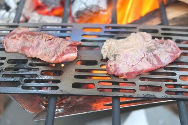 チタン焼き網でキャンプ焼肉
