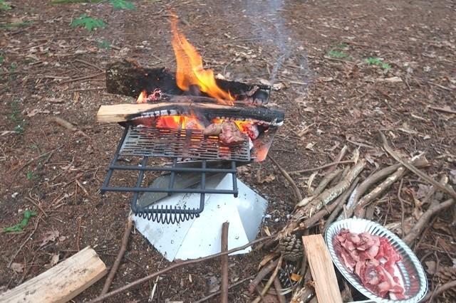 キャンプで焼き肉を食べている様子