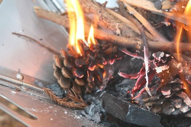 松ぼっくりに火をつけ着火させた状態