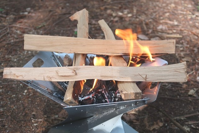 着火しやすい薪の組み方