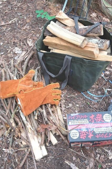 薪を2束購入しキャンプサイトの小枝を集めて焚き火開始