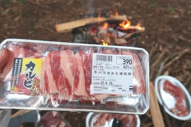 バーベキューの食材カルビ肉