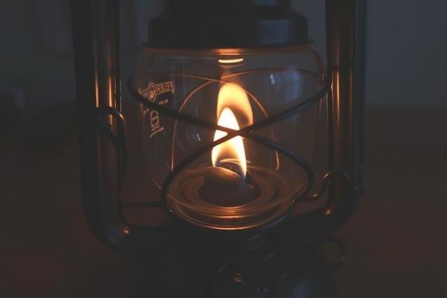 ランタンの炎の揺らめきとハーブの匂い