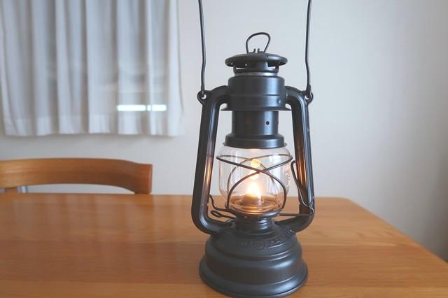 レインボーオイルでランタンに火を灯した様子詳細