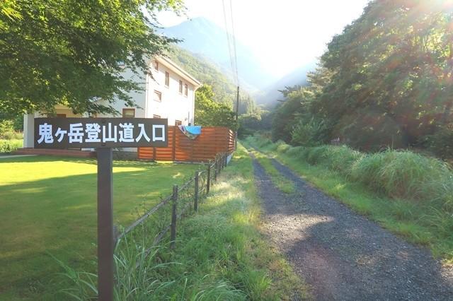 雪頭ヶ岳・鬼ヶ岳登山道入口の看板
