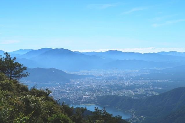 雪頭ヶ岳の山頂から見る丹沢山塊方面景色