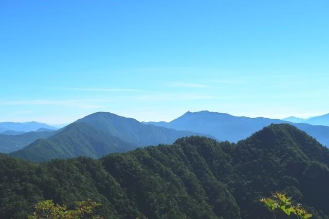 奥に見るのが三つ峠山手前が御坂山塊最高峰の黒岳遠望