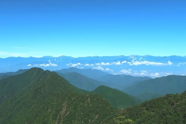 鬼ヶ岳への登山道から南アルプスの展望