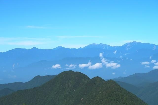 写真中央が聖岳