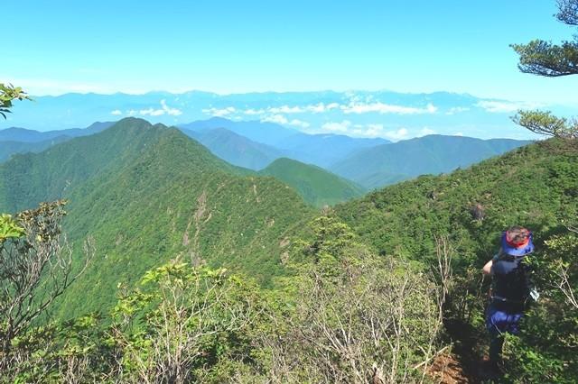 雪頭ヶ岳の山頂付近の山ガール