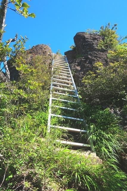 鬼ヶ岳への登山ルートの梯子