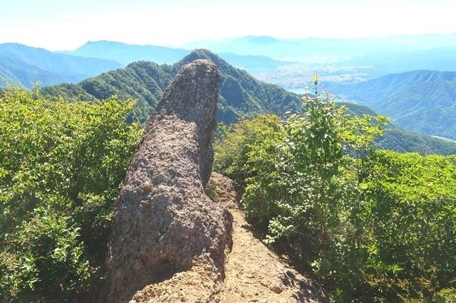 鬼ヶ岳の角みたいな岩