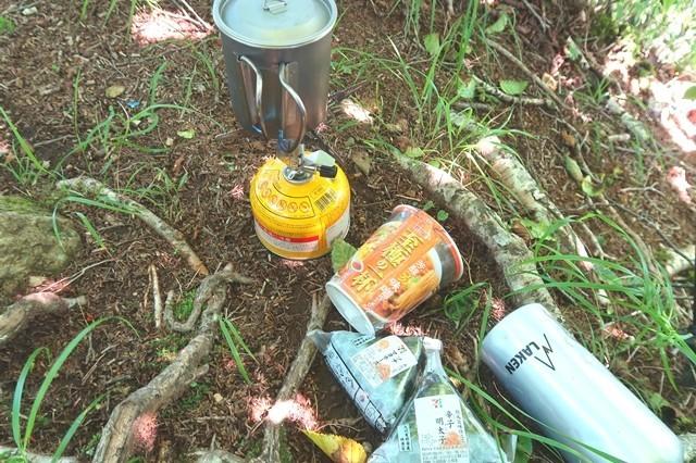 十二ヶ岳の山頂で昼食の様子