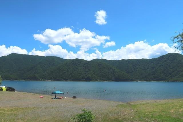 十二ヶ岳登山口の目の前に西湖が広がる