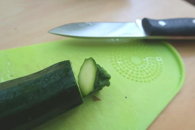 ズッキーニをジョーカーフルタングナイフでカットした様子