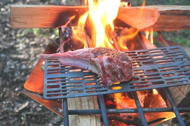 キャンプ料理調理の風景