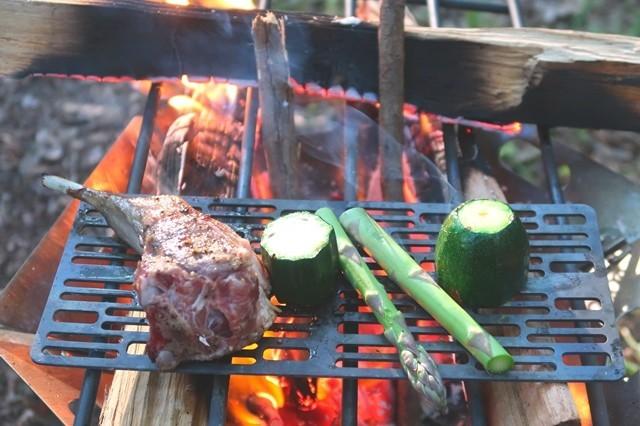 キャンプ料理で肉が焼けてきた状態