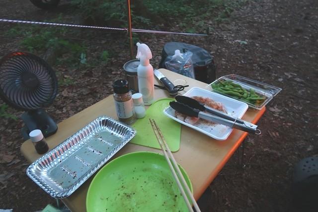 キャンプ料理の台所の様子