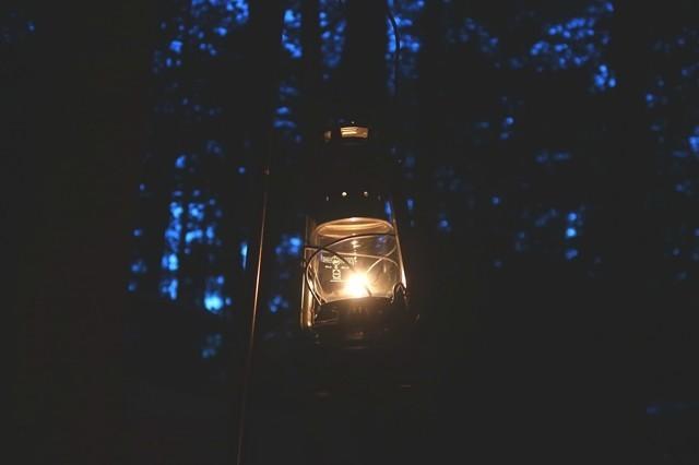 キャンプでランタンを灯した雰囲気
