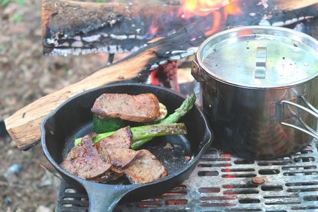 スキレットで肉を調理