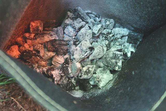 、火消し袋の1/3位の使用済みの炭を入れた様子と容量