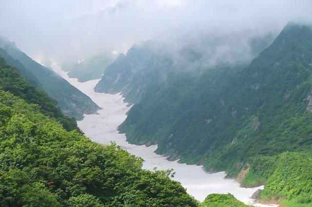 これから歩く石転び沢の雪渓
