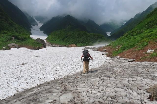 左の雪渓が石転び沢、右側が門内沢