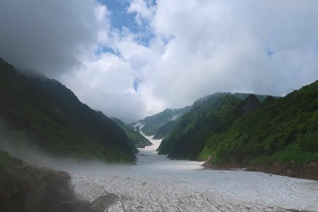 天候が目まぐるしく変わる石転び沢の雪渓ルート