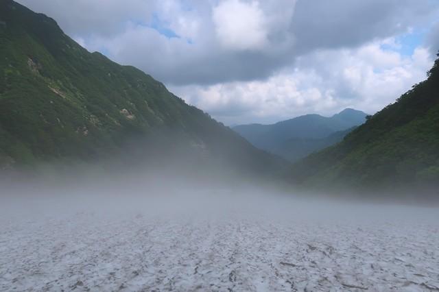 雪渓の表面は温度差で真っ白
