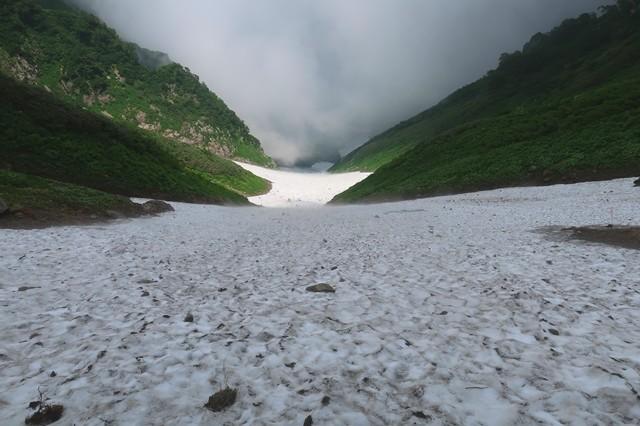 石転び沢の雪渓高度感