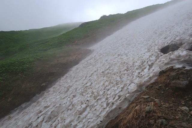 石転び沢雪渓の最大斜度付近