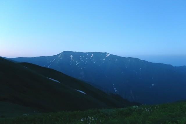夜明けを迎える飯豊連峰最高峰大日岳