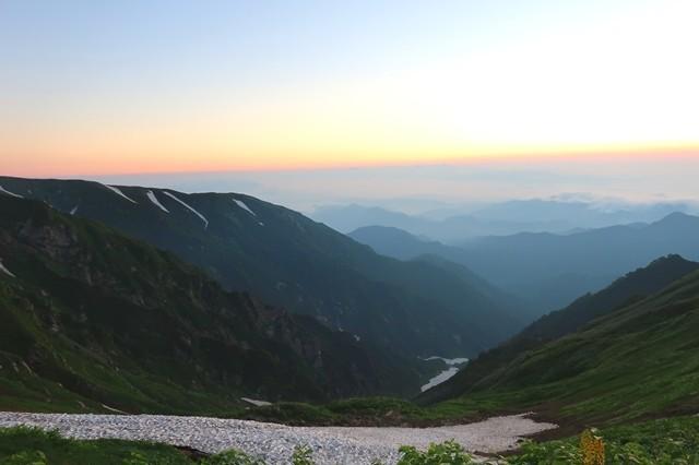 飯豊連峰と石転び沢の雪渓方面の様子