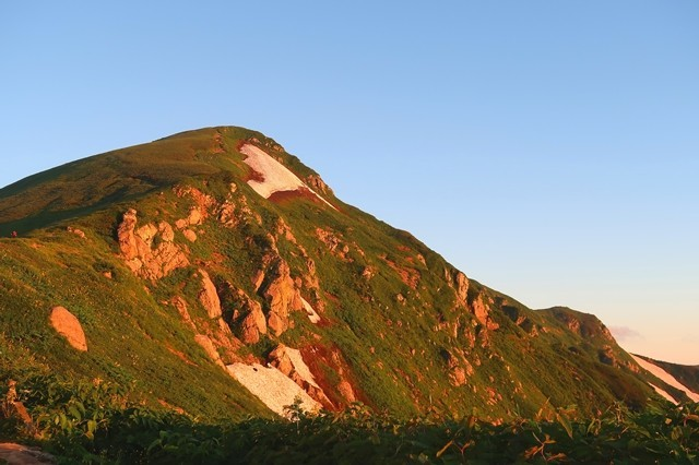 北股岳が朝日に染まった様子