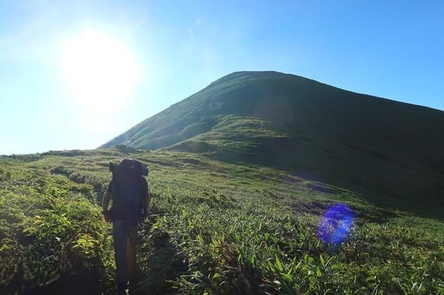 ピークの奥が梅花皮岳の山頂