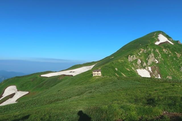 振り返っての梅花皮小屋と北股岳飯豊連峰の縦走ルート