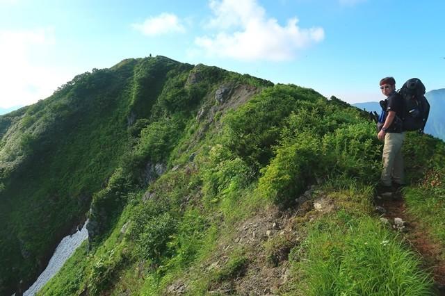 登山者と梅花皮岳