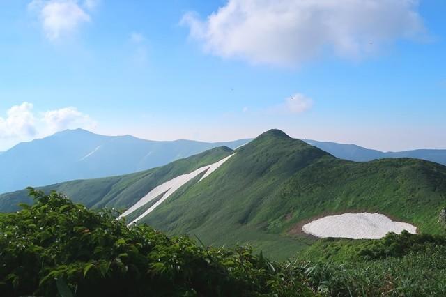 梅花皮岳の山頂から見る烏帽子岳の景色