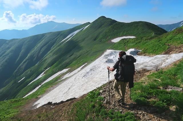 手前が烏帽子岳、奥に見えているのが飯豊山山頂