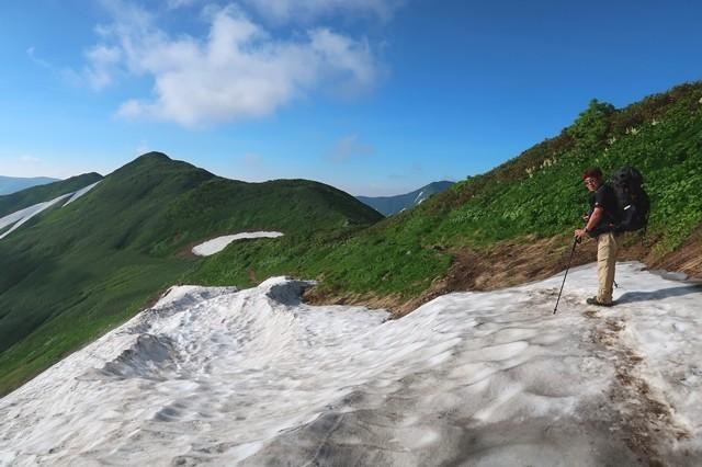 飯豊連峰縦走路の雪渓の上