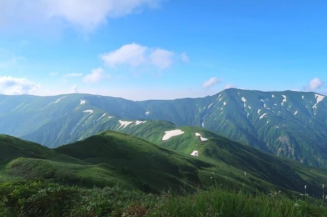 烏帽子岳から延びる飯豊連峰の縦走路